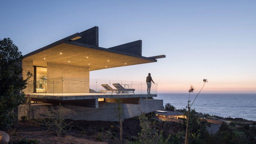 H alakot formázó betonház a chilei tengerparton