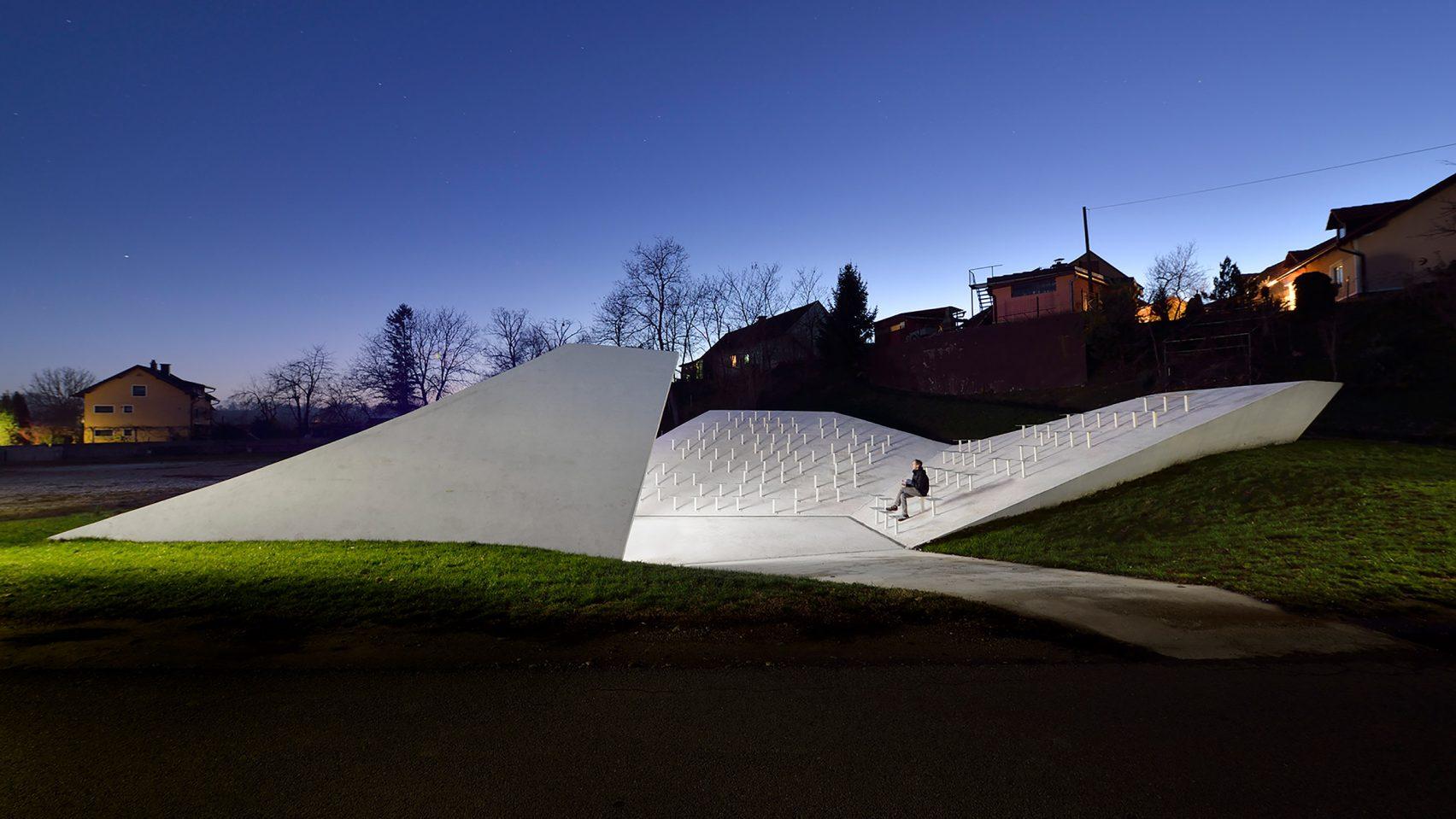 Hófehér beton kápolna hívogatja az embereket ebben a Szlovén faluban