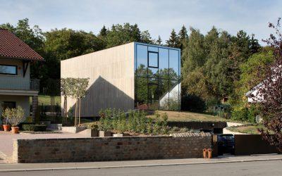 A beton és a tükröződő üveg tökéletes összhangja
