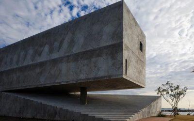 Izgalmas, egyszerre nyitott és zárt beton tömböt alkot ez a japán hétvégi ház