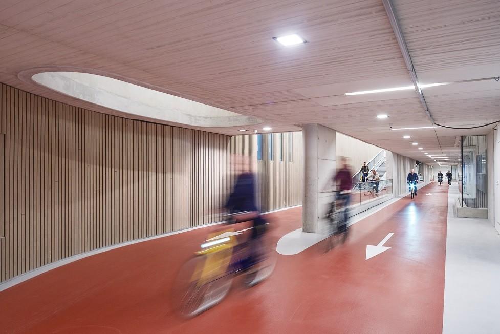 Betonból készült a világ legnagyobb, biciklik számára épült mélygarázsa