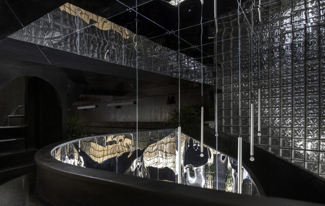 A feketére színezett beton dominál ebben az újdelhi étterem és bár enteriőrjében