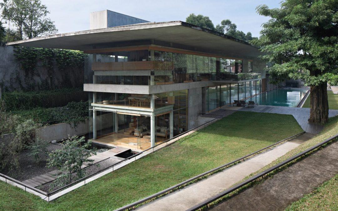 Óriási betontető védelmezi és árnyékolja ezt a pazar Indonéz otthont