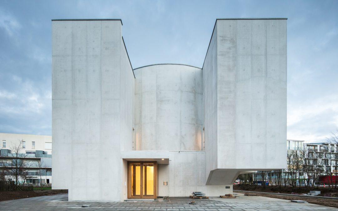 Fehérbeton templom Bretagne-ban